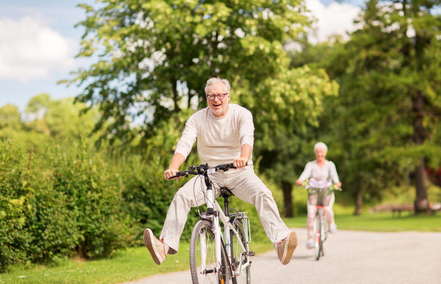 personne âgée à vélo